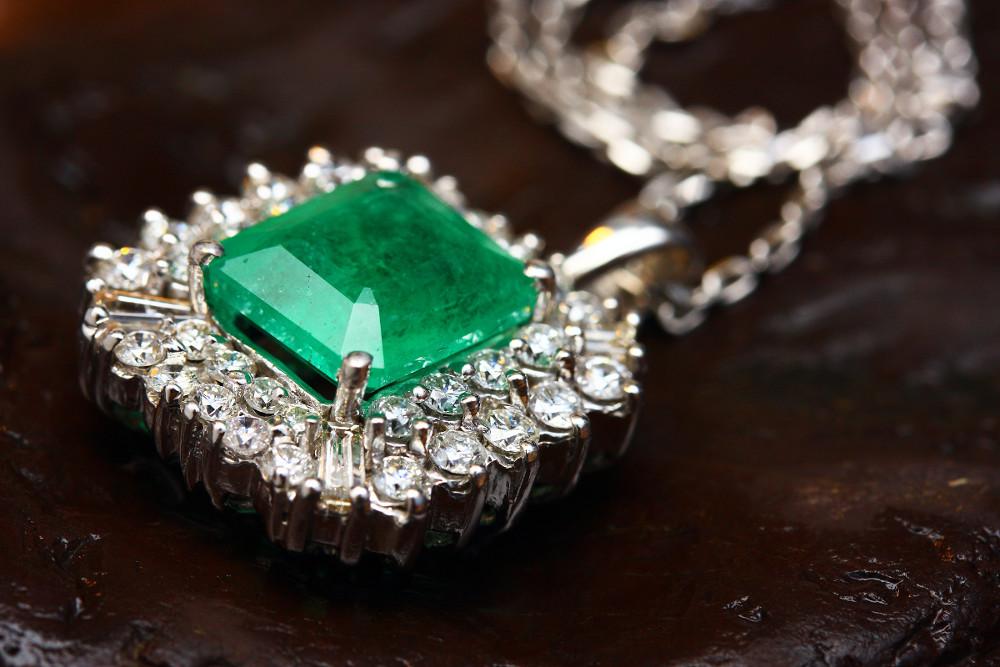 Eine Kette mit einem grünen Glasstein in der Mitte