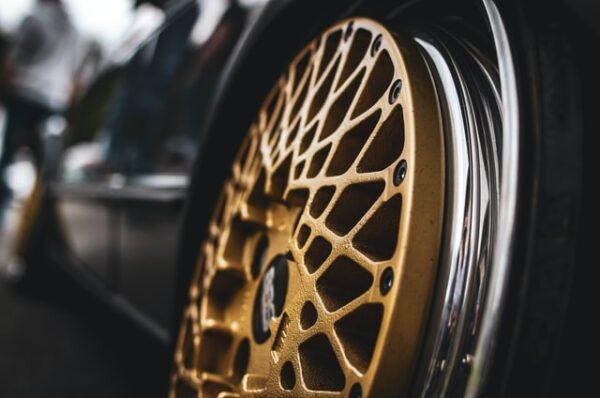 Eine golden-lackierte Felge ist an einem Auto angebracht