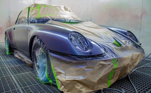 Ein Auto wurde abgeklebt, damit einzelne Stücke lackiert werden können
