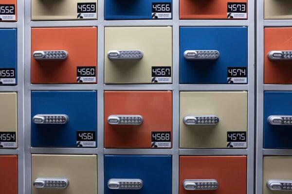 Ein Schrank, dessen Spindtüren in unterschiedlichen Farben lackiert wurden