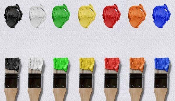 Sieben Farbkleckse und die zugehörigen Pinsel liegen auf einem weißen Untergrund