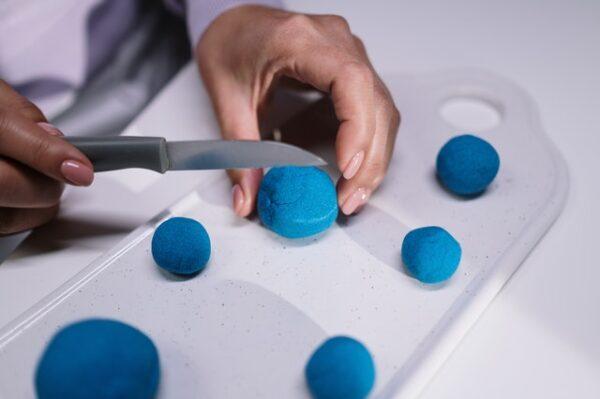 Auf einem Schneidebrett wurden blaue Badekugeln geformt und geschnitten