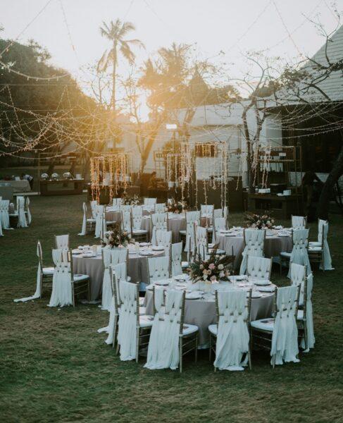 Einige Tische stehen für eine Hochzeit auf einer Wiese