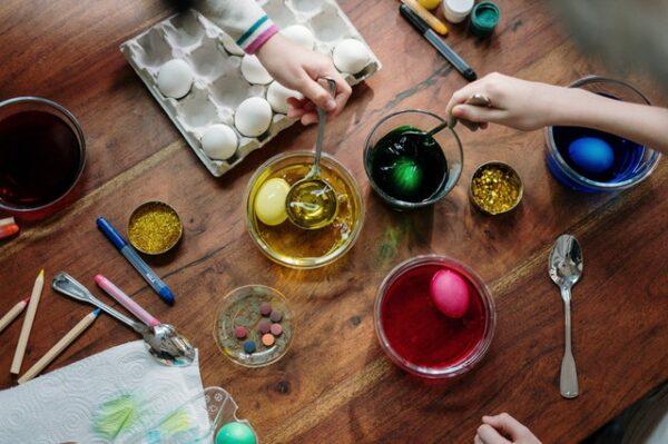 Einige Personen färben Eier in verschiedenen Farben ein