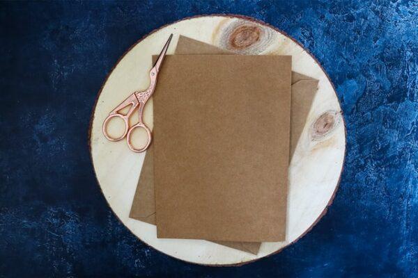 Einige Karten aus Kraftpapier liegen auf einem Teller