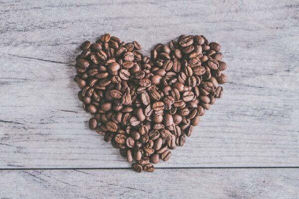Ein Herz wurde aus Kaffeebohnen geformt