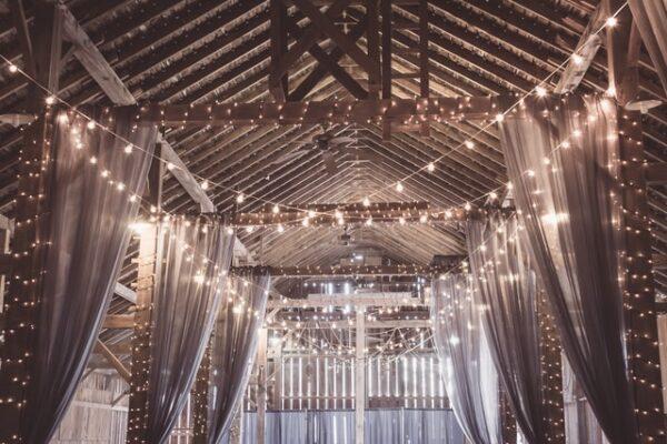 Ein Raum wurde mit Lichterketten und Vorhängen dekoriert