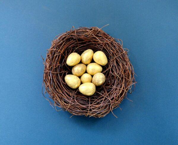 In einem Osternest liegen gelbe Eier