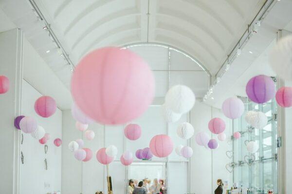 Ein Raum wurde mit rosafarbenen Lampions dekoriert
