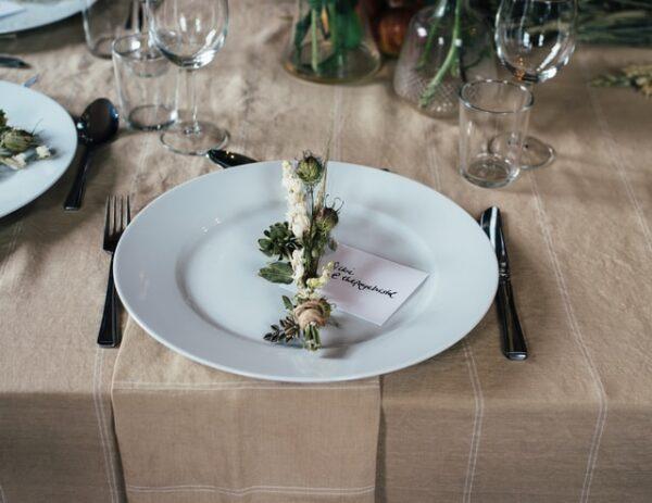 Ein Teller wurde mit einem Gedeck dekoriert