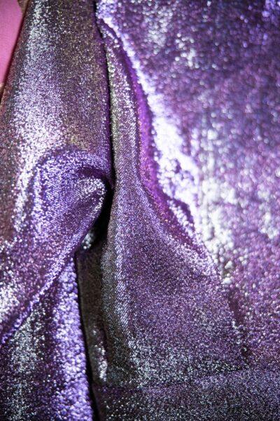 Ein glitzernder lila Stoff
